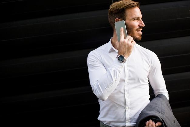 Zakenman met mobiele telefoon