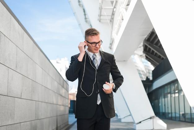 Zakenman met oortelefoons