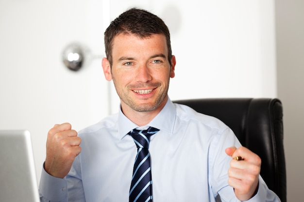 Zakenman met overhemd en stropdas op kantoor