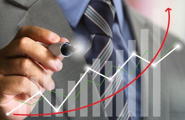 Zakenman met pak schrijven stock grafiek trend omhoog