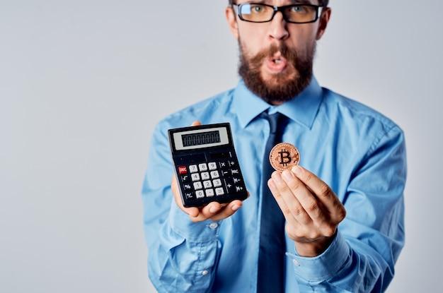 Zakenman met rekenmachine cryptocurrency bitcoin investering