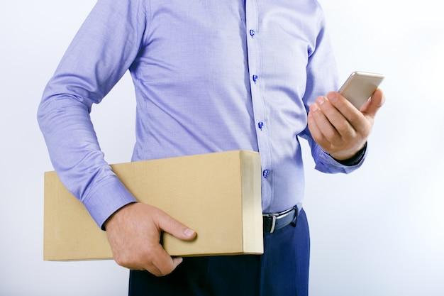 Zakenman met slimme telefoon en doos