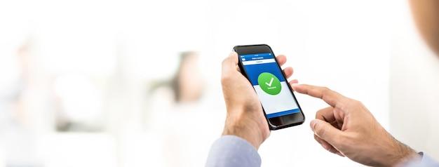 Zakenman met succes geld overgemaakt door online bankieren mobiele applicatie
