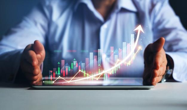 Zakenman met tablet met grafiek voor zakelijke groei