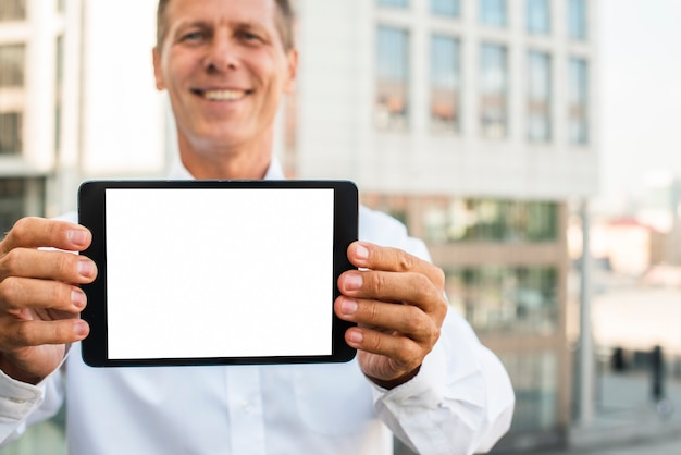 Zakenman met tablet mock-up