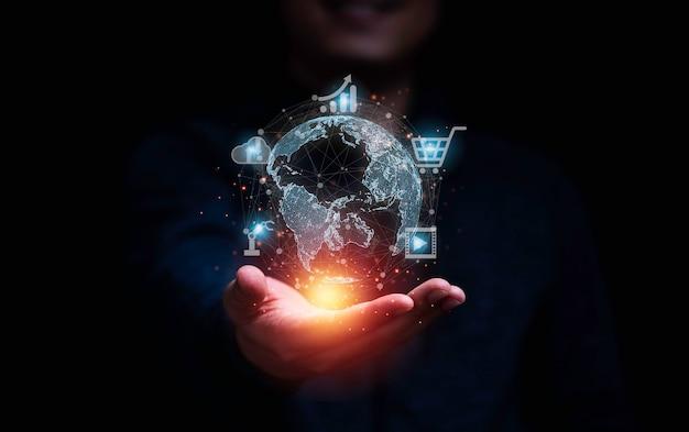 Zakenman met virtuele wereld en technologie pictogrammen communicatie werken en transactie, wereldwijde business door internet verbindingstechnologie voor financieel bankieren, big data en digitale koppeling.