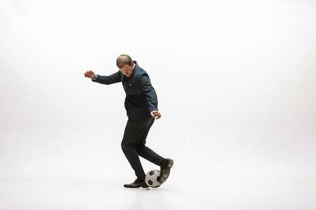 Zakenman met voetbalbal in bureau. voetbal freestyle. concept van evenwicht en behendigheid in zaken.