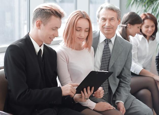 Zakenman met zijn commerciële team zitten in het kantoor