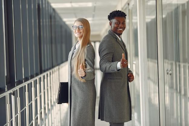 Zakenman met zijn partner die in een bureau werkt