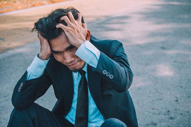 Zakenman mislukt werk en bedrijfsleven, mensen uit het bedrijfsleven zitten stressvol en hoofdpijn