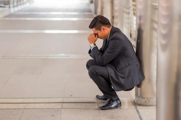 Zakenman moe of gestrest na zijn werk. beeld van beklemtoond zakenmanconcept.