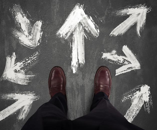 Zakenman moet de juiste richting volgen