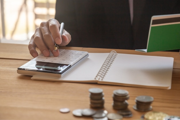 Zakenman of accountant die aan calculator werken om bedrijfsconcept te berekenen.