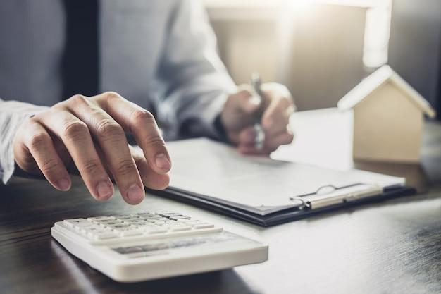 Zakenman of advocaataccountant die financiële investering op kantoor werken