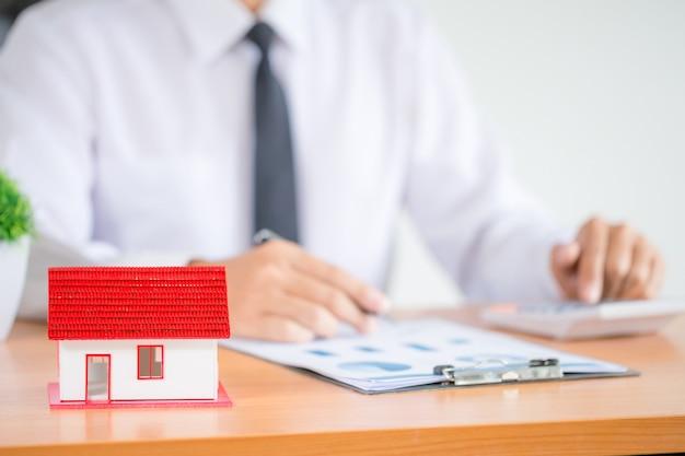 Zakenman of advocaataccountant die financiële investering werken aan bureau