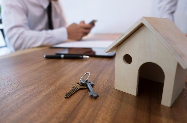 Zakenman of makelaar controleert een eigendomsportefeuille online met slimme telefoon selectieve focus.