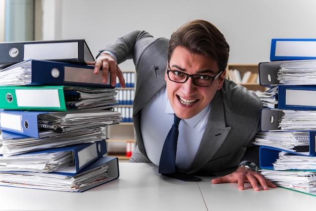 Zakenman onder stress vanwege overmatig werk