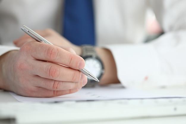 Zakenman ondertekenen contract. onderwijs bedrijfsconcept