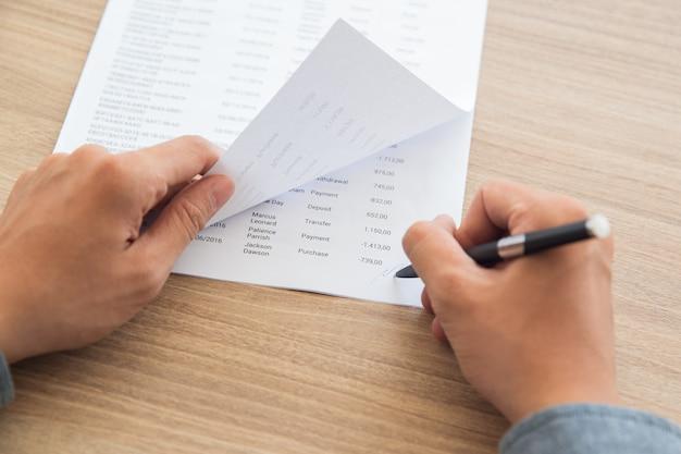 Zakenman ondertekening van boekhoudkundige documenten