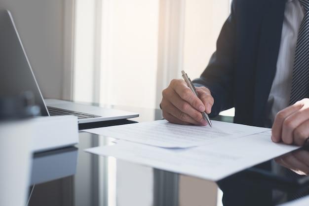 Zakenman ondertekening zakelijk contract op kantoor