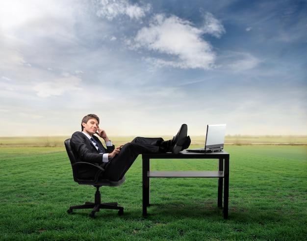 Zakenman ontspannen aan zijn bureau