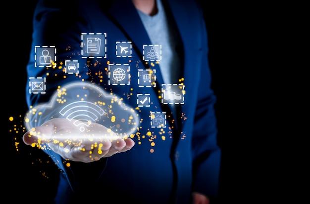 Zakenman op cloudnetwerk online cloudconnectiviteit voor de online wereld van de toekomst