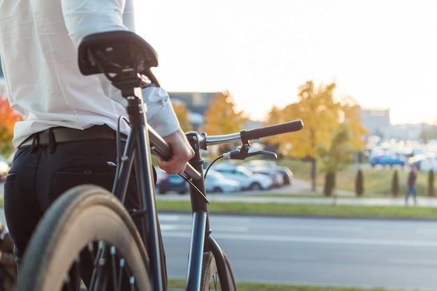 Zakenman op een fiets. bedrijfs mens die zijn werk verlaat