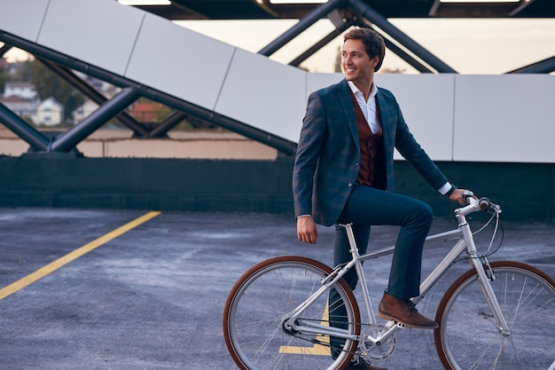 Zakenman op fiets op parkeerplaats