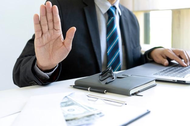 Zakenman op kantoor met een facturenbundel