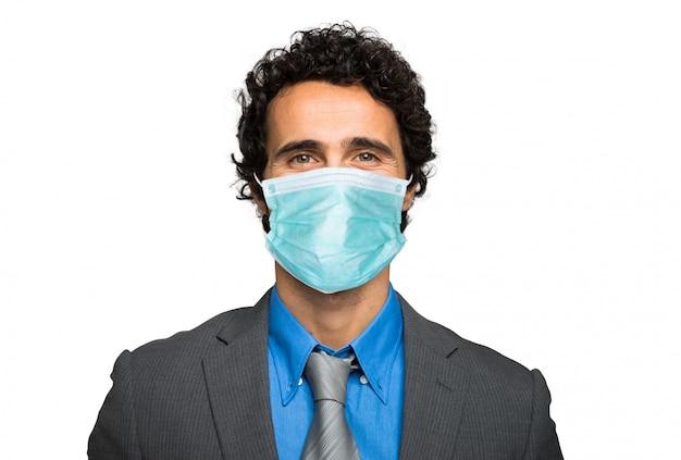 Zakenman op wit wordt geïsoleerd dat een masker draagt