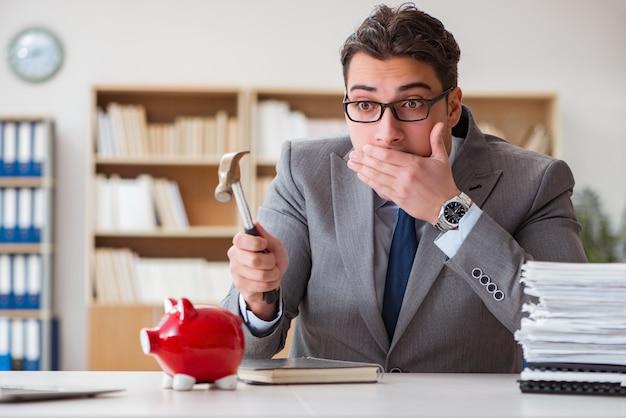 Zakenman op zoek naar zijn spaargeld met spaarvarken