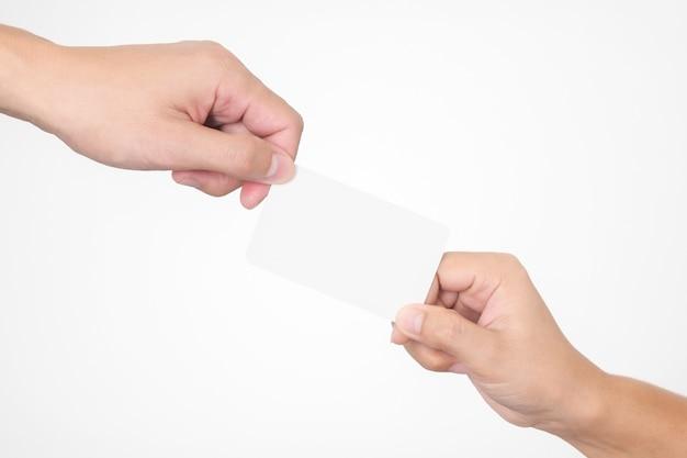 Zakenman overhandigt een blanco wit visitekaartje aan een vrouw klaar voor uw contactgegevens
