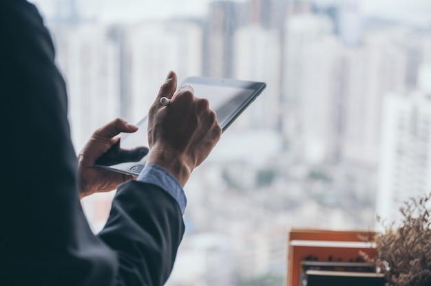 Zakenman persoon werken vanuit huis met computer laptop op online cyberspace-technologie