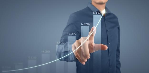 Zakenman plan grafiek groei en toename van grafiek positieve indicatoren in zijn bedrijf