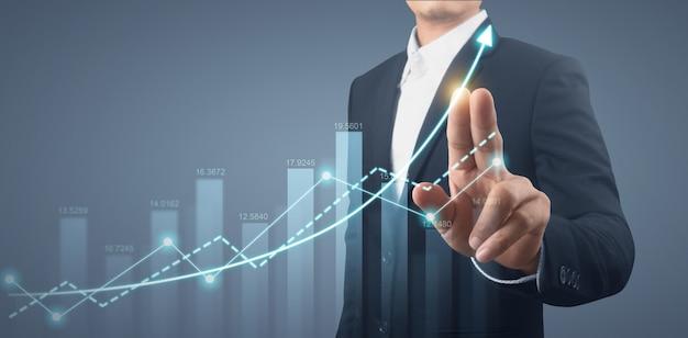 Zakenman plan grafiek groei en toename van grafiek positieve indicatoren