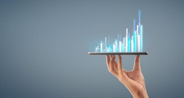 Zakenman plan grafiek groei toename van grafiek positieve indicatoren in zijn bedrijf