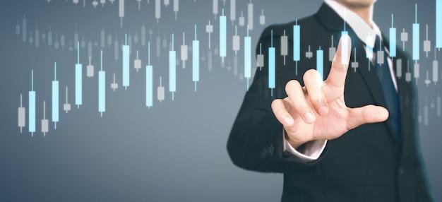 Zakenman plan grafiek groei toename van positieve indicatoren in zijn bedrijf
