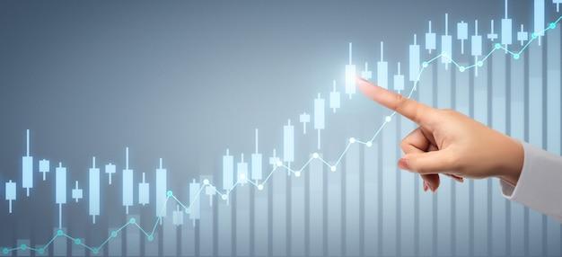 Zakenman plannen grafiekgroei en toename van positieve grafiekindicatoren in zijn bedrijf