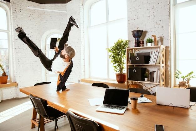 Zakenman plezier dansen breakdance op kantoor op het werk