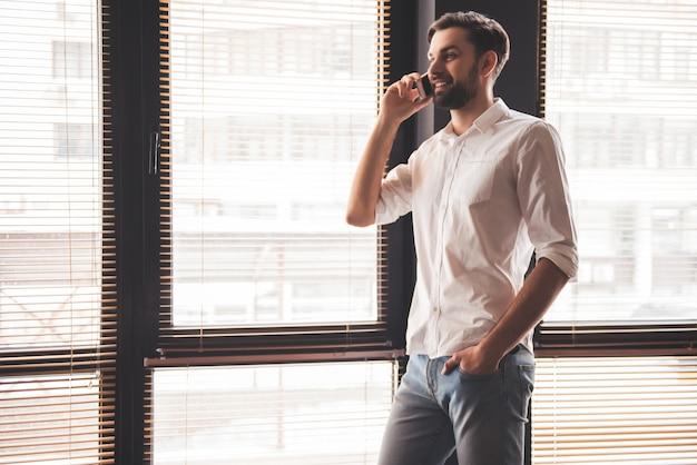 Zakenman praat op de mobiele telefoon