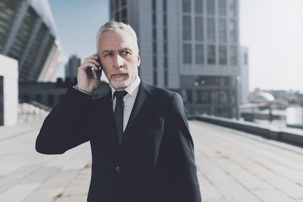Zakenman praat op mobiele telefoon