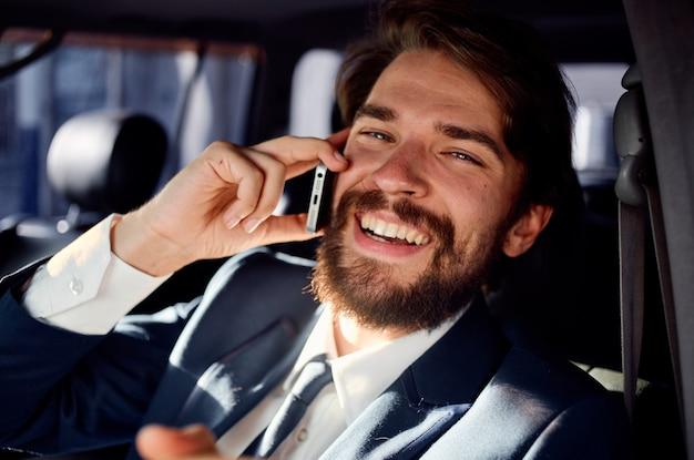 Zakenman praten aan de telefoon officiële reis naar