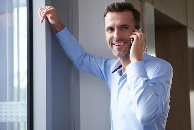 Zakenman praten aan de telefoon op het werk