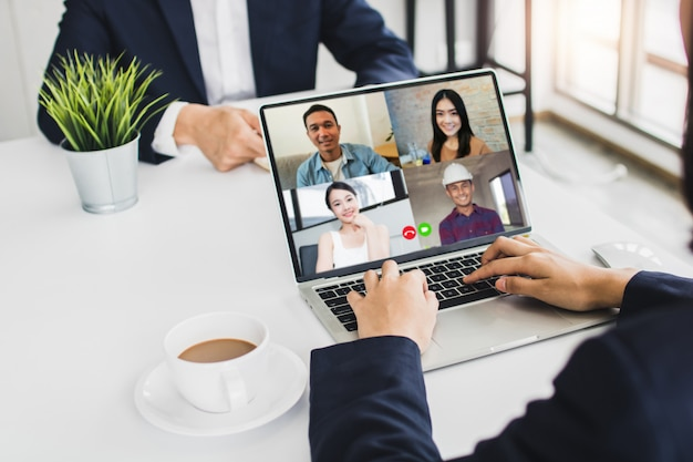 Zakenman praten met collega's over plan in videoconferentie