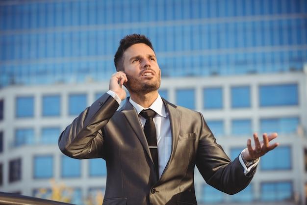 Zakenman praten op de mobiele telefoon