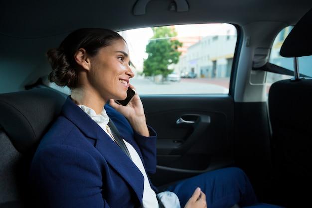Zakenman praten op mobiele telefoon in auto