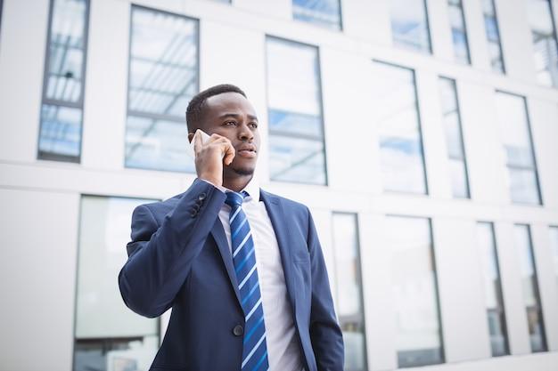 Zakenman praten op mobiele telefoon
