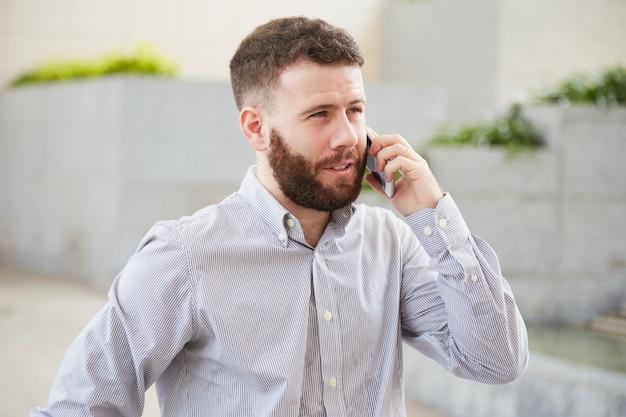 Zakenman praten over telefoon