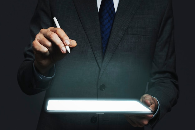 Zakenman presenteren onzichtbaar hologram projecteren van tablet geavanceerde technologie