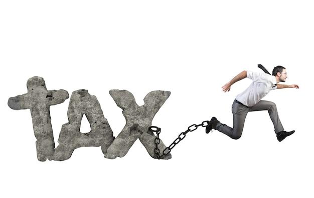Zakenman probeert te ontsnappen aan belastingen, maar hij is sterk gebonden aan de ketting